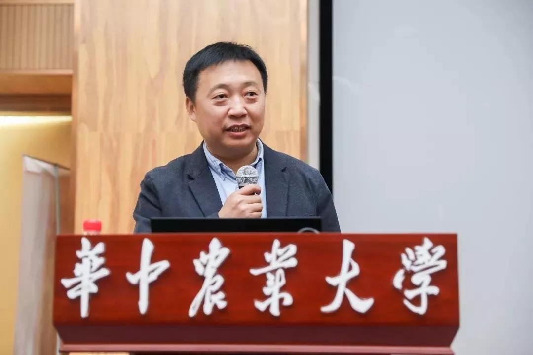 中国畜牧业协会牛业分会副会长、中乳协奶源委副主任邓荣臻