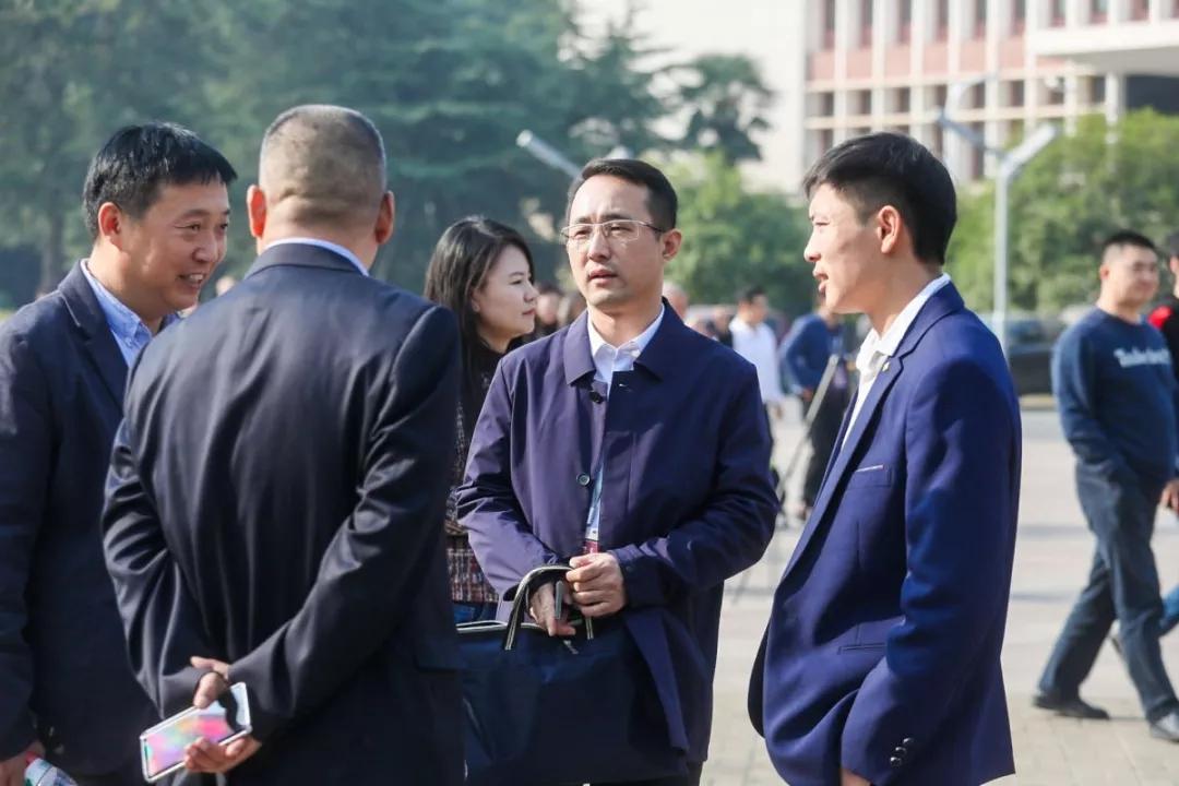 谢国利经理(右二)在会场外与专家教授交流沟通